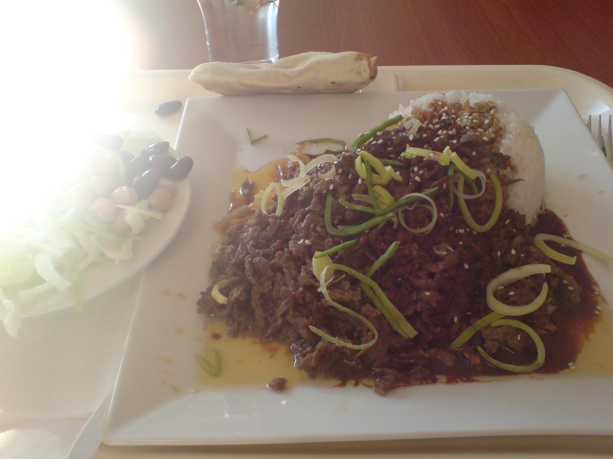 Yakiniku med ris, sallad och bröd