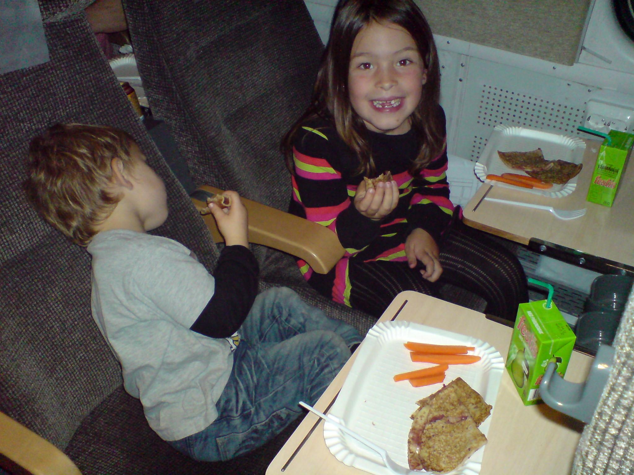 Barnen äter pannkisar och morötter