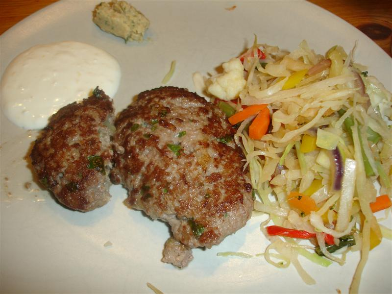 Lammfärsbiffar och wokade grönsaker