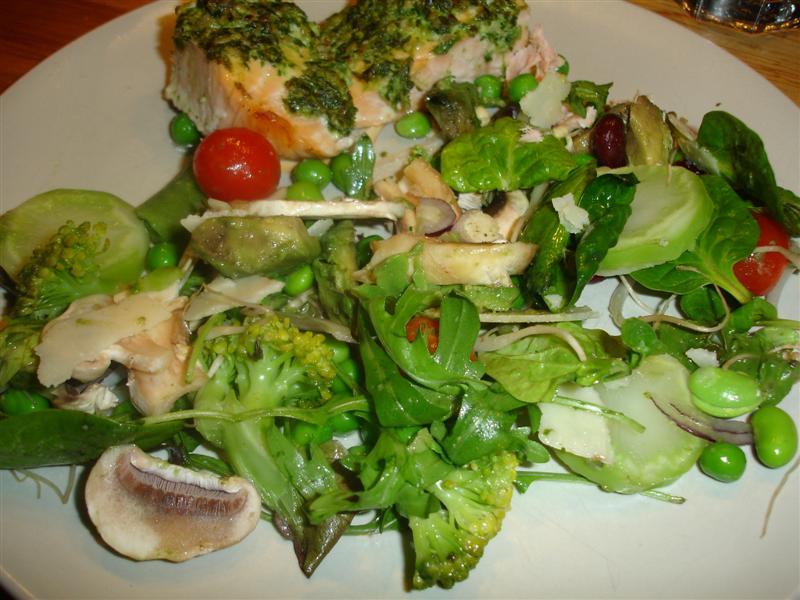 Pestoöverbakad lax med grönsaker