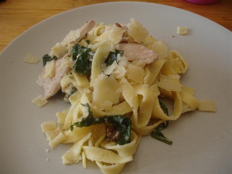 Pasta med kyckling, valnötter och rucola