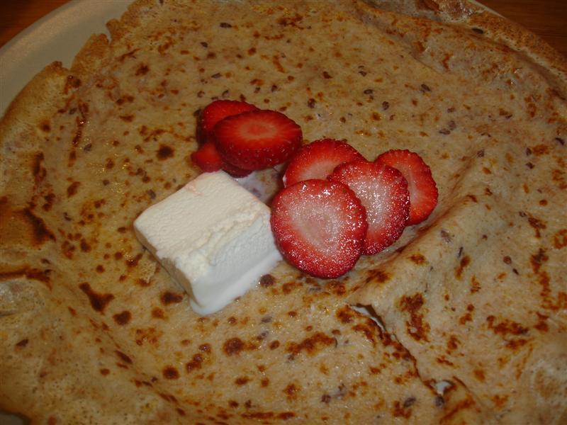 Pannkaka med glass och färska jordgubbar