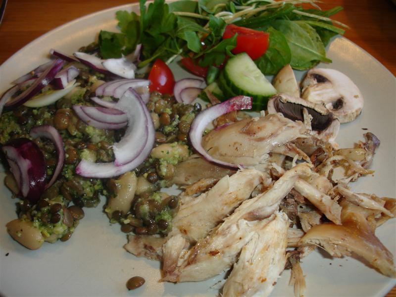Kyckling med pestodressade bönor och linser