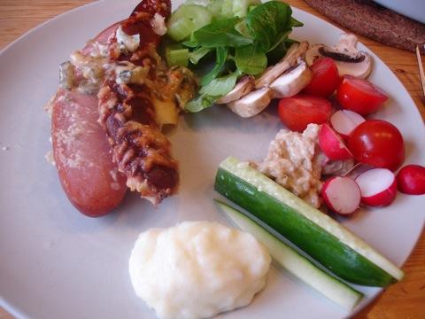 Ugnsbakad tjock grillkorv med mos och grönsaker