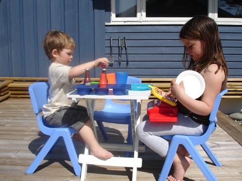 Barnen leker äta mat