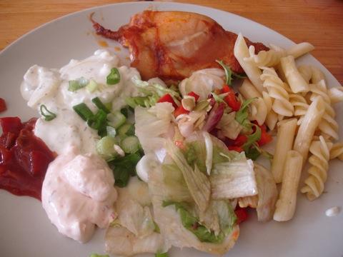 Kyckling, pasta, potatissallad, sallad och såser