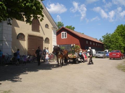 Barnen åker häst och vagn vid Görvelns slott
