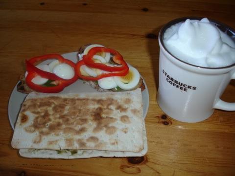 Varmt tunnbröd och god latte