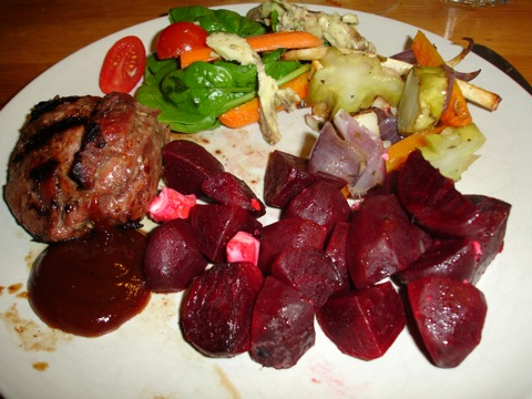 Lammrostbiff med rostade grönsaker och rödbetor med fetaost