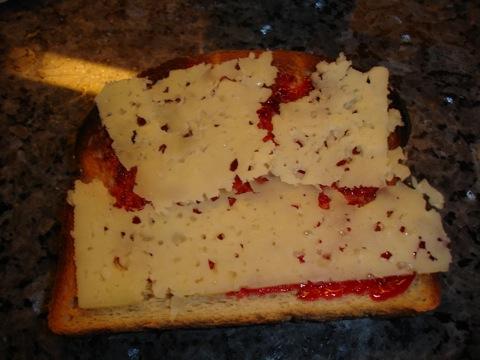 Rostat bröd med marmelad och ost
