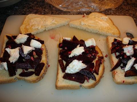 Rödbetor på toast toppat med ost
