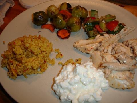 Kyckling i krämig sås, bulgurmix, grönsaker och keso
