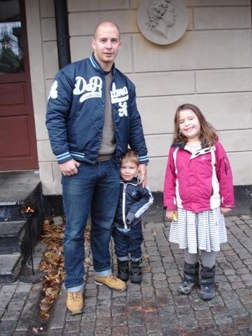 Mattias och barnen utanför restaurang Carl Michael