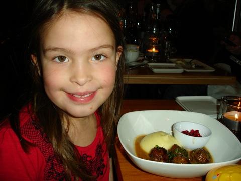 Söta Filippa ska äta goda köttbullar med potatispuré