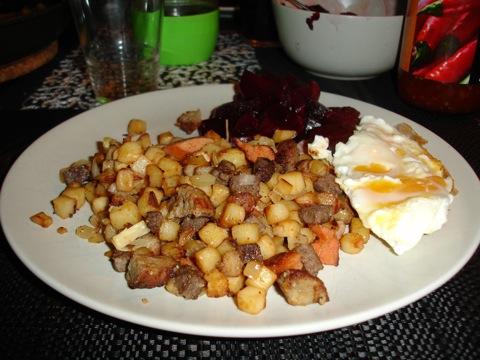 Pyttipanna med ägg och rödbetor