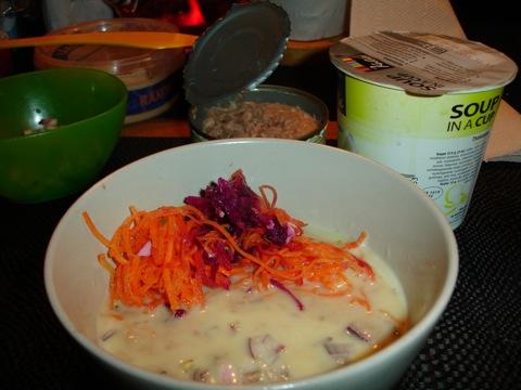 Thaisoppa med tonfisk, ägg och grönsaker