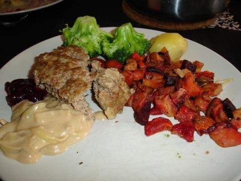 Köttfärslimpa med rotfukter, sås och sylt
