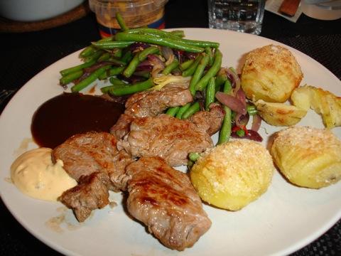 Oxfilé, hasselbackspotatis, grönsaker och sås