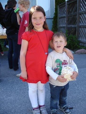 Filippa och Gustaf på årets skolgårdsfest