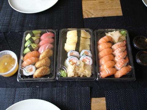 En stor familjesushi redo att ätas