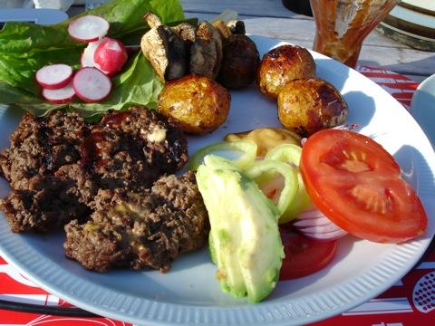 Hemgjorda hamburgare med rostad potais och tillbehör
