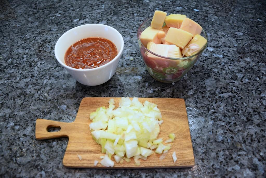 Jackfruit, lök och bbq-sås. Ingredienser till en fooled pork i Crock Pot