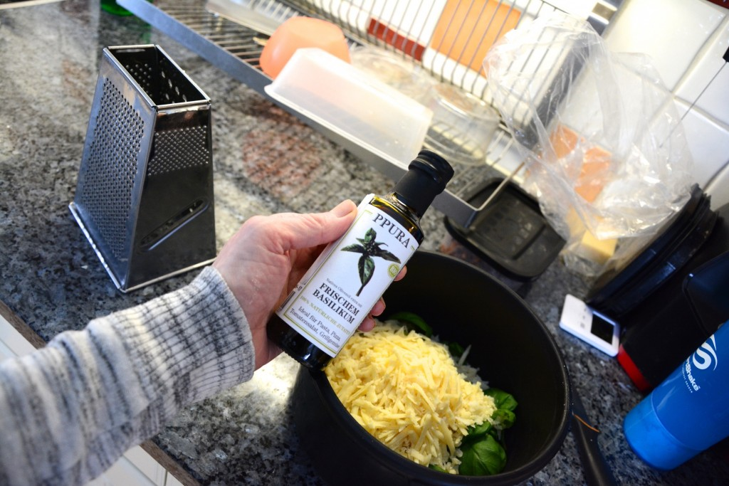 Hemgjord pesto får en extra dimension med olivolja basilika