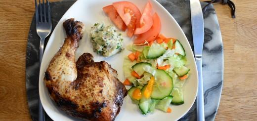 Tillbehören kan varieras i det oändliga, här en enkel sallad och vegansk bönröra.