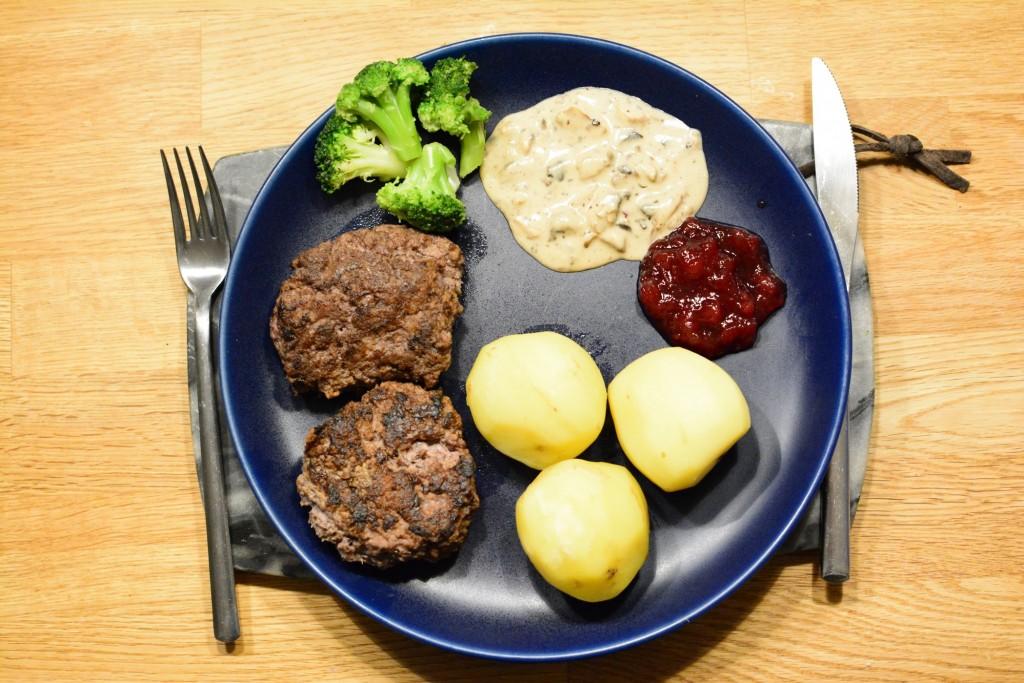 Morbergs älgfärsbiffar gjord i Crock Pot som serveras med kantarellsås, kokt potatis, hemgjord lingonsylt och broccoli.