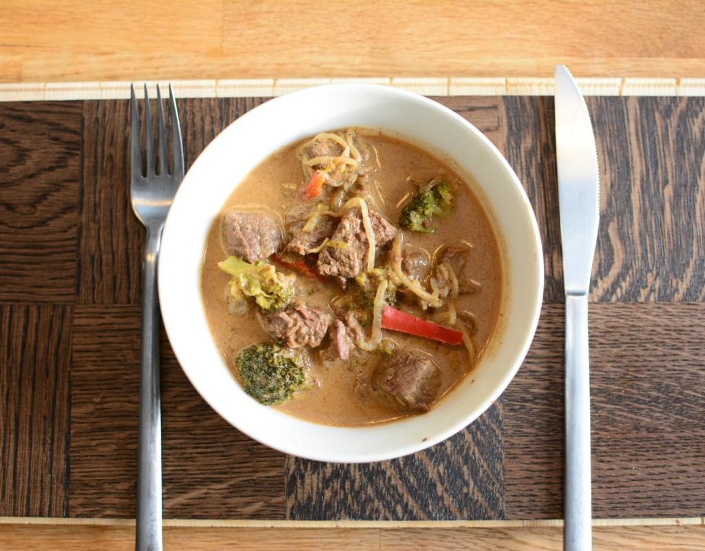 Asiatisk köttgryta med röd curry och böngroddar