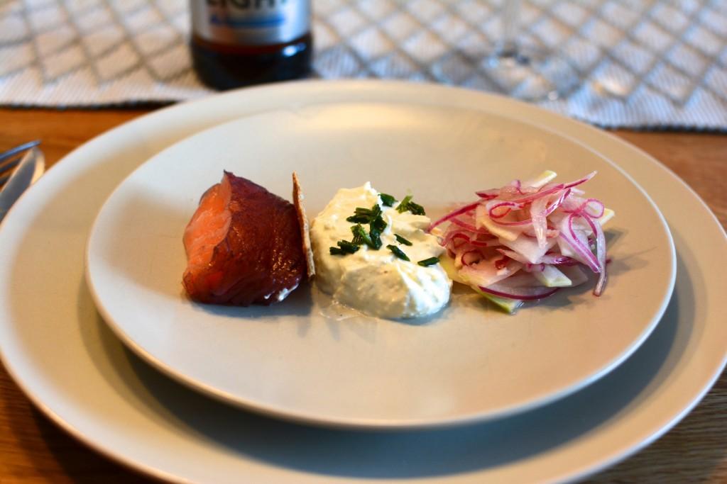 Sotad lax med blåbär, hembakat knäckebröd och västerbottenkräm