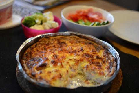 Ost- och skinkpaj med grönsaker till