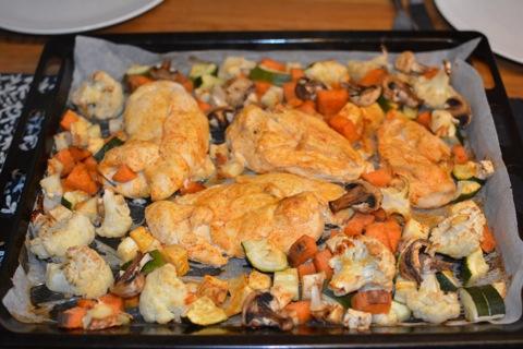 En allt-i-ett-plåt med kyckling och grönsaker