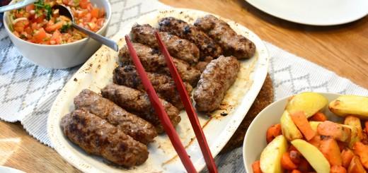 Kryddiga lammfärsspett med rostade rotfrukter och tomatsalsa