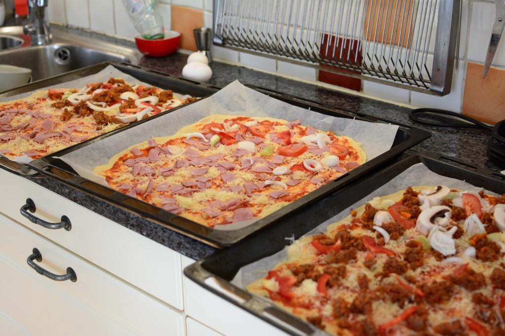 Tomatsås och olika toppings och nu är pizzan klar att gräddas-