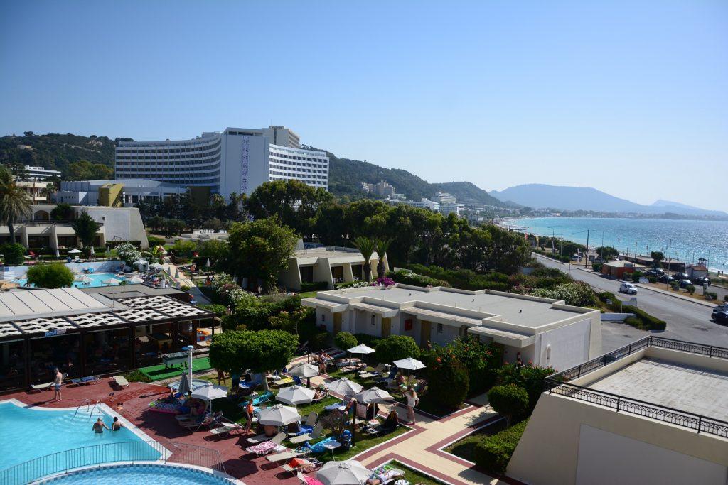 Utsikt både över pool och hav.