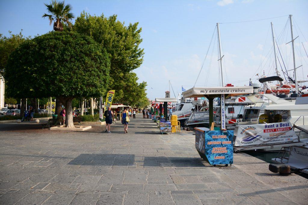 Båtturen utgår från hamnen i Rhodos stad.