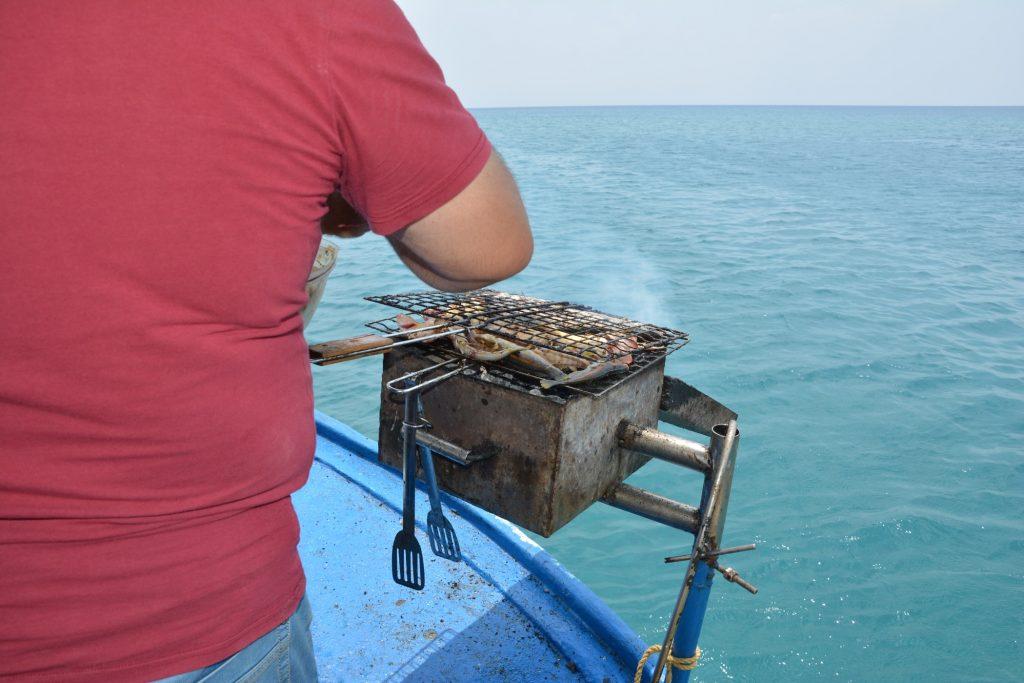 Fisken grillas ombord.