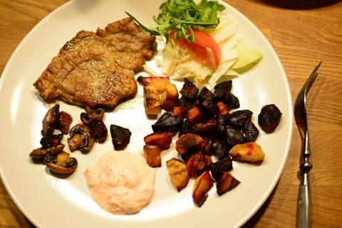 Fläskkarré, ugnsbakade grönsaker och morotstzatziki