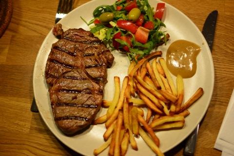 Kött, pommes, sås och grönsaker