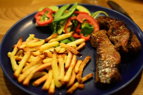 Kött, pommes frites, sallad och såser