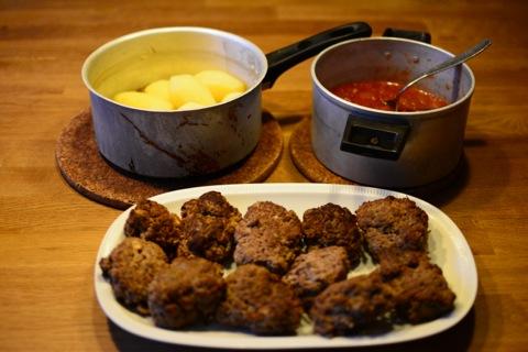 Biffar med potatis och tomatsås