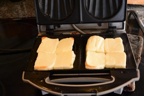 Halloumin tillagas bäst i en smörgåsgrill