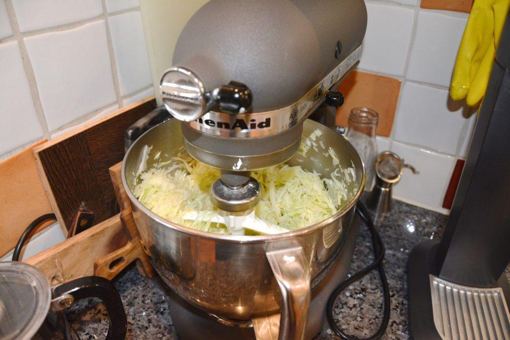 Jag pressar ut vätskan genom att köra den i en matberedare.