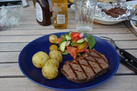 Underbar grillmiddag - grillad sirloin, basilikapotatis, sallad och såser