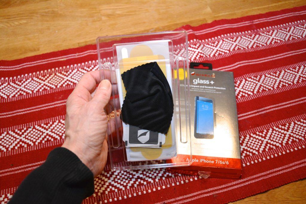 """Skyddet sätts fast på mobilen precis som ett """"vanligt"""" skydd."""