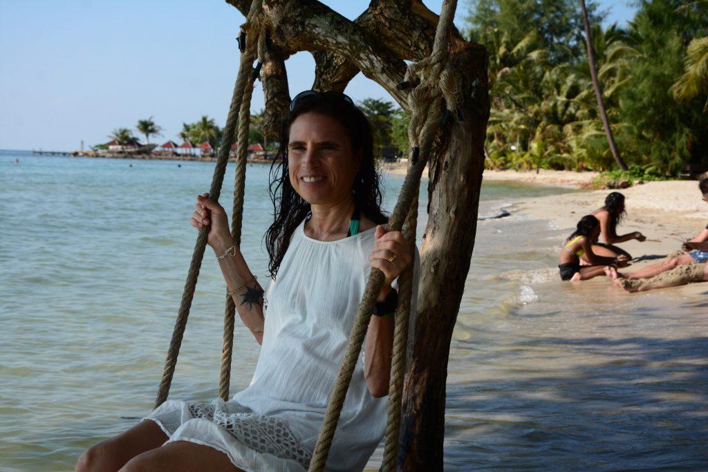 Klassiska thailändska gungor längs stranden.