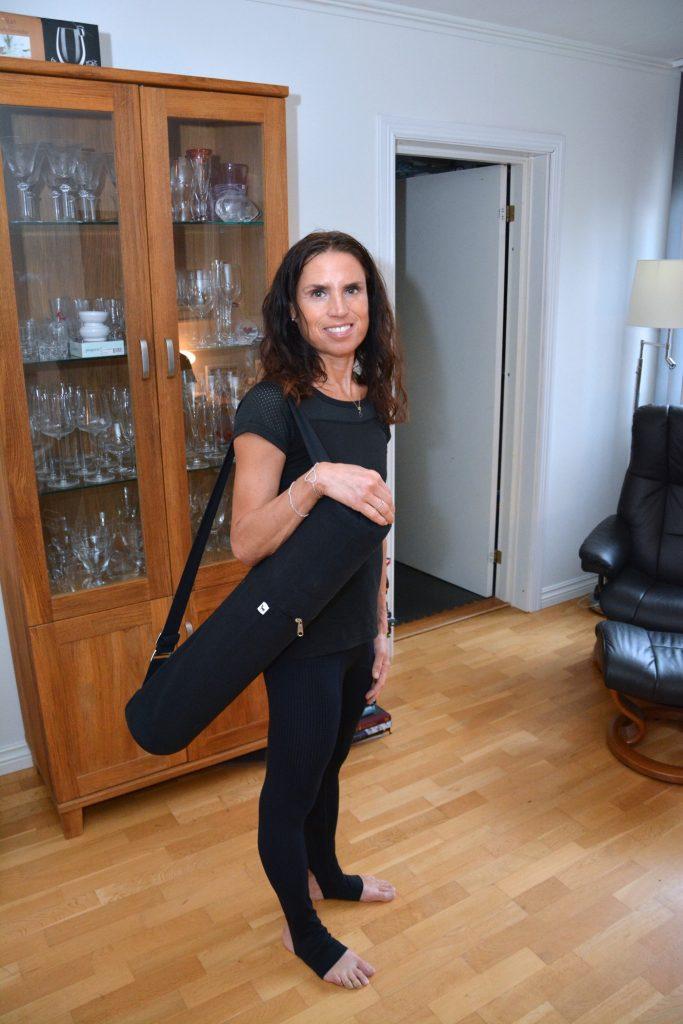 Yogamattan kommer i ett stilrent svart fodral med axelrem.