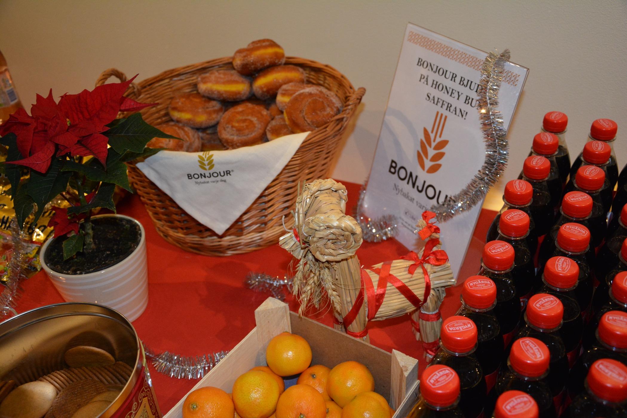 Luciamingel med saffransbullar, pepparkakor, mandariner och julmust