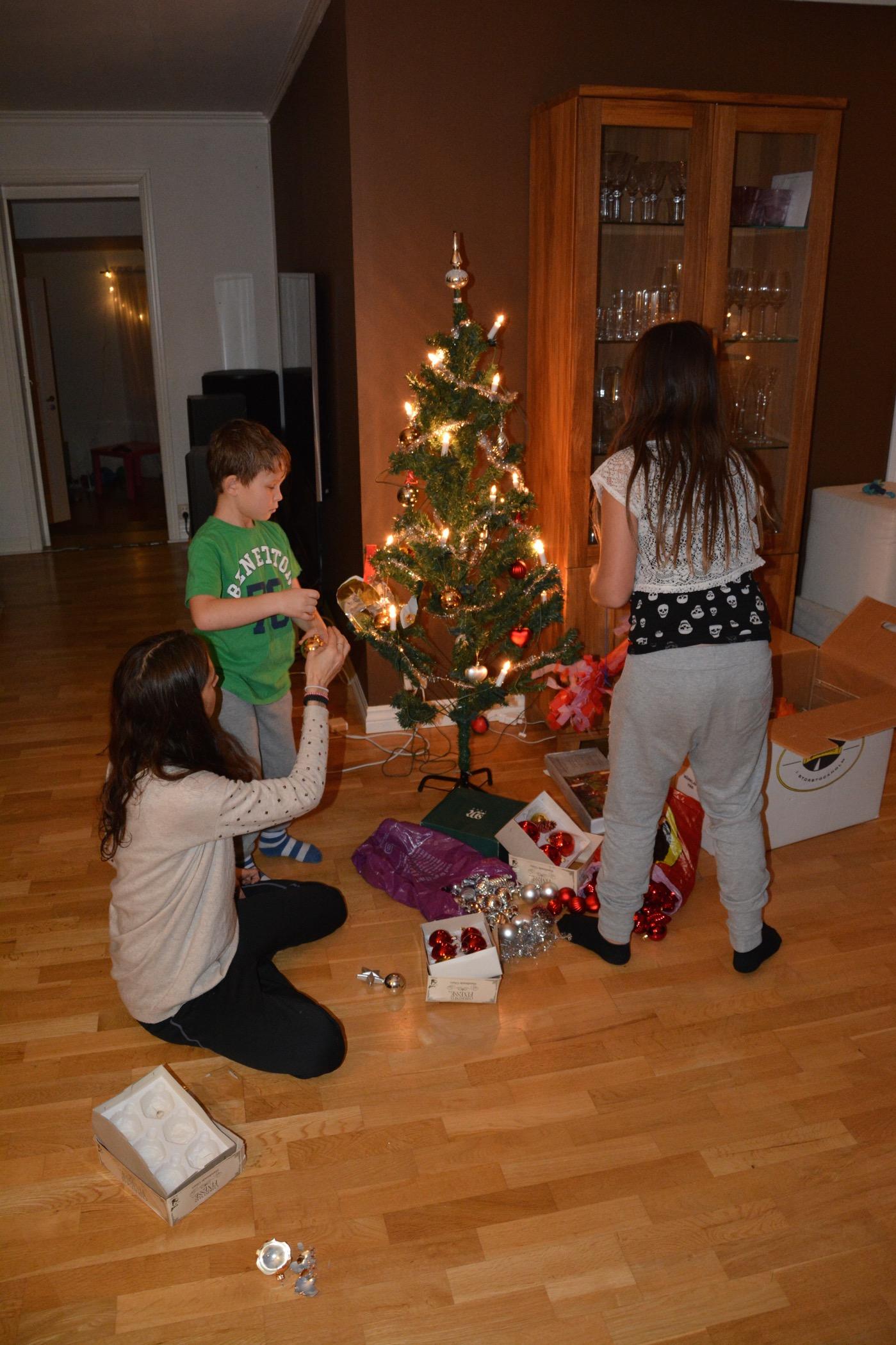 Barnen klär och mamma assisterar